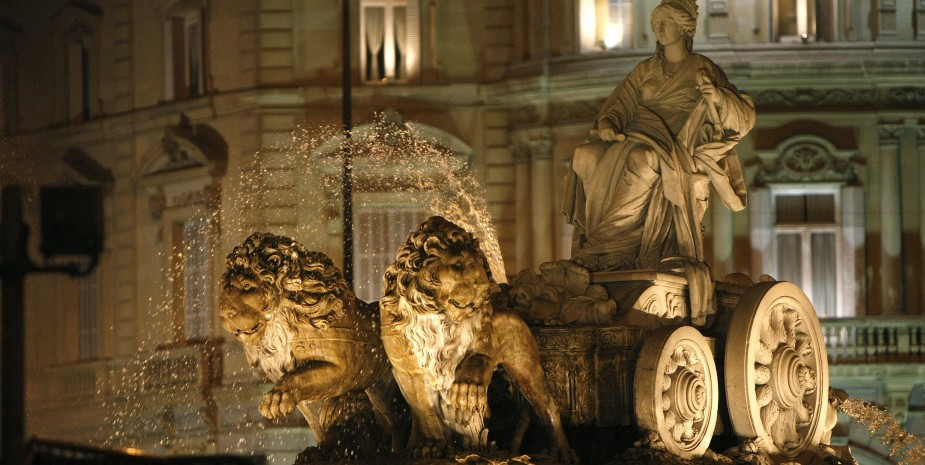 MD74. MADRID, 22/12/07.- Iluminación de la fuente de Cibeles, en Madrid, que acoge con los tonos cálidos de sus luces la llegada del invierno a la capital española. EFE/Fernando Alvarado