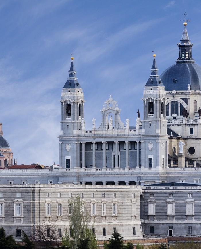 Catedral de la Almudena cerca de los apartamentos madrid por días