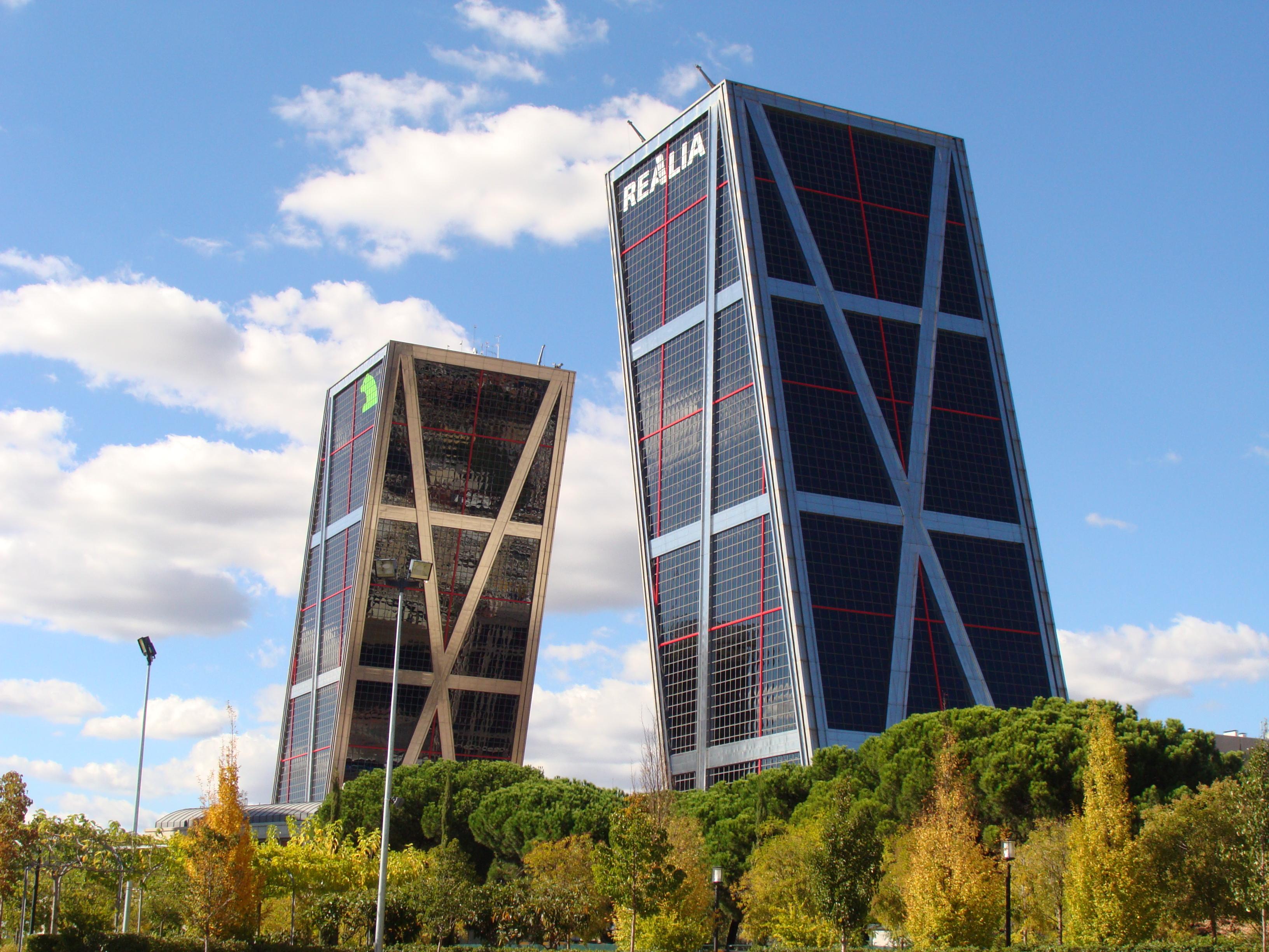 Puerta de europa y cuatro torres apartamentos madrid por - Torres kio arquitecto ...